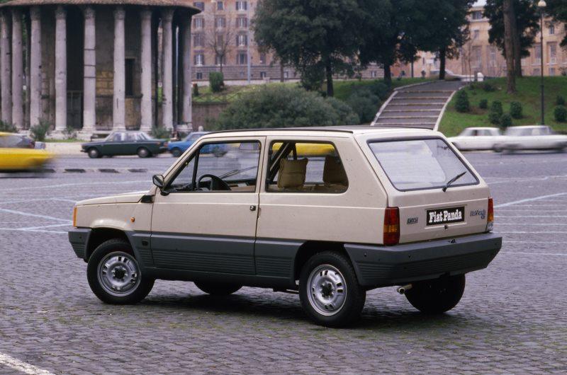 Ehrung für automobile Klassiker Fiat 500 und Fiat Panda – Ausstellung im Triennale Design Museum in Mailand