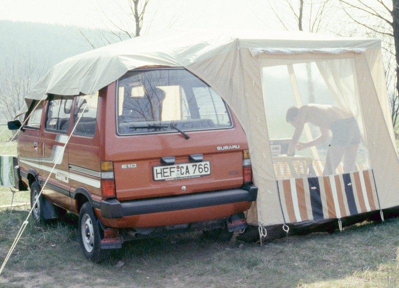 Subaru Libero E10 mit Vorzelt