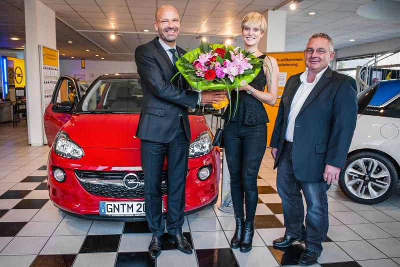 Topmodel Kim fährt auf den Opel ADAM ab