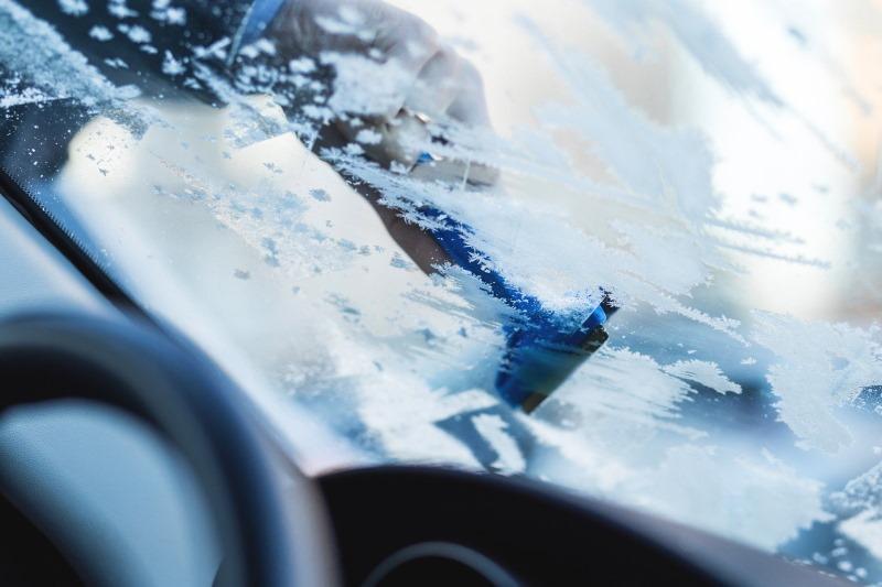ADAC Tipps für zugefrorene Türen, Scheiben und Co.