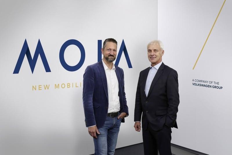 Matthias Müller, Vorstandsvorsitzend desV olkswage Konzerns - rechts - und Ole Harms, CEO von MOIA - links-präsentieren MOI, das neue Unternehmen der Volkswagen Gruppe